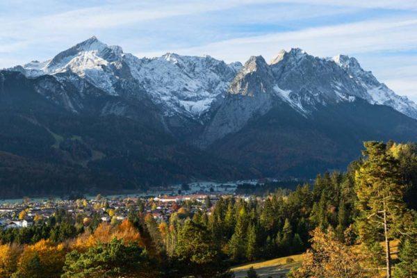 Garmisch-Partenkirchen vor dem Wettersteingebirge mit Zugspitze, Alpspitze und dem Jubiläumsgrat.