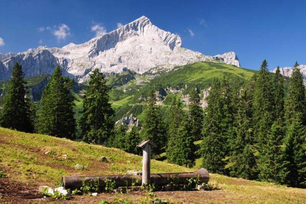 Deutschland, Bayern, Garmisch-Partenkirchen, Alpspitze, Berggipfel, Kreuzeck, Brunnen, Wanderregion